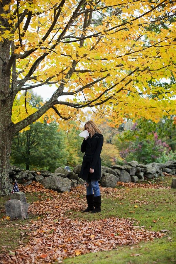Schreeuwende vrouw in begraafplaats stock fotografie