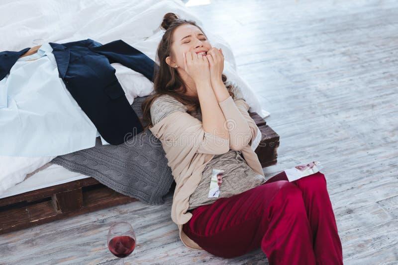 Schreeuwende vrouw die aan hysterie na scheiding lijden stock afbeelding