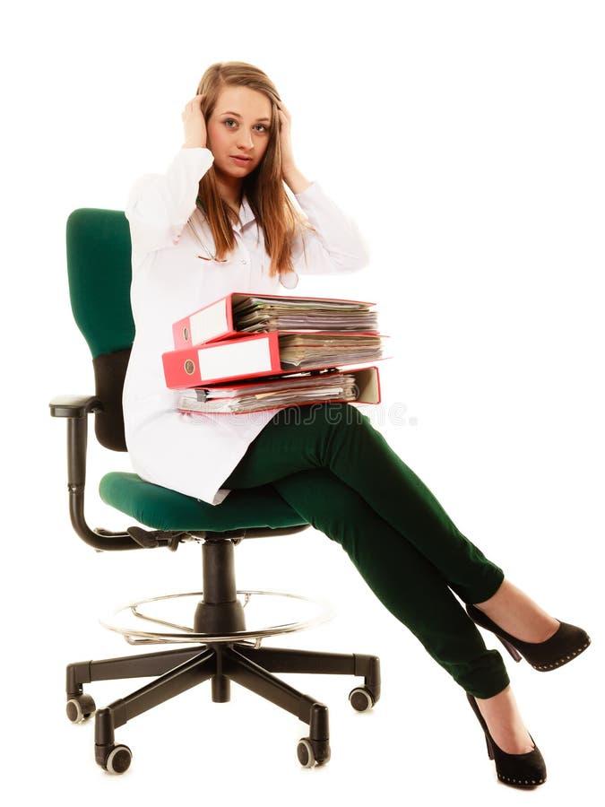 schreibarbeit Überarbeitete Doktorfrau mit Dokumenten lizenzfreies stockbild