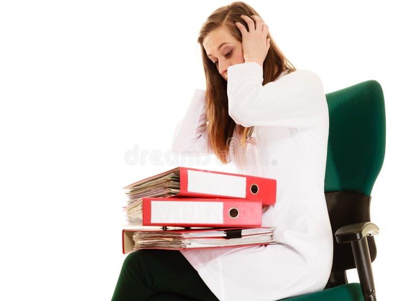 schreibarbeit Überarbeitete Doktorfrau mit Dokumenten lizenzfreies stockfoto