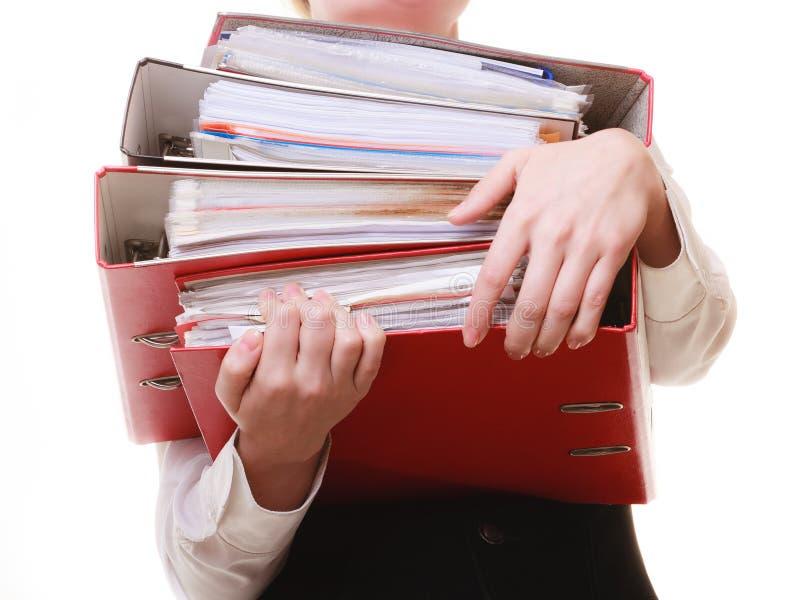 schreibarbeit Dokumente in den Händen der Geschäftsfrau stockfotografie