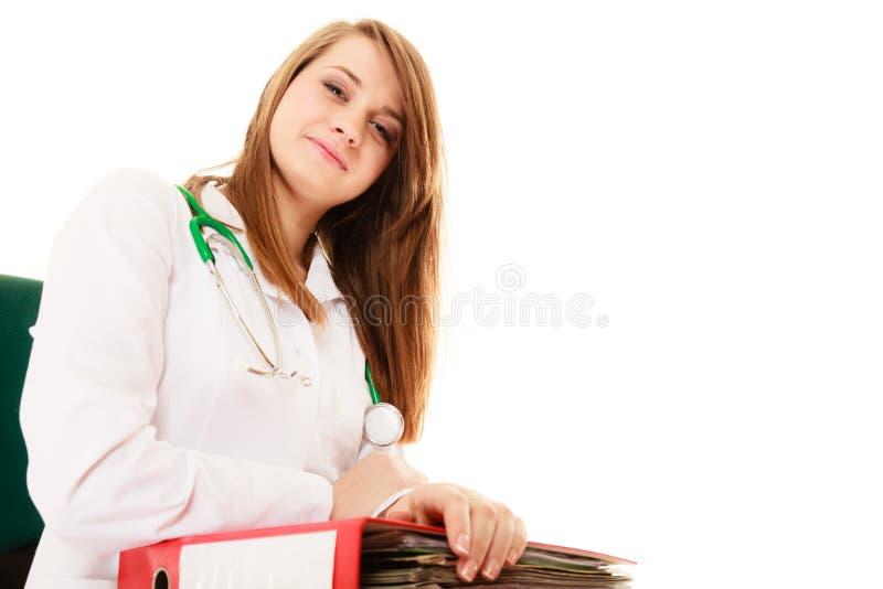 schreibarbeit Lächelnde Doktorfrau mit Dokumenten stockfotos