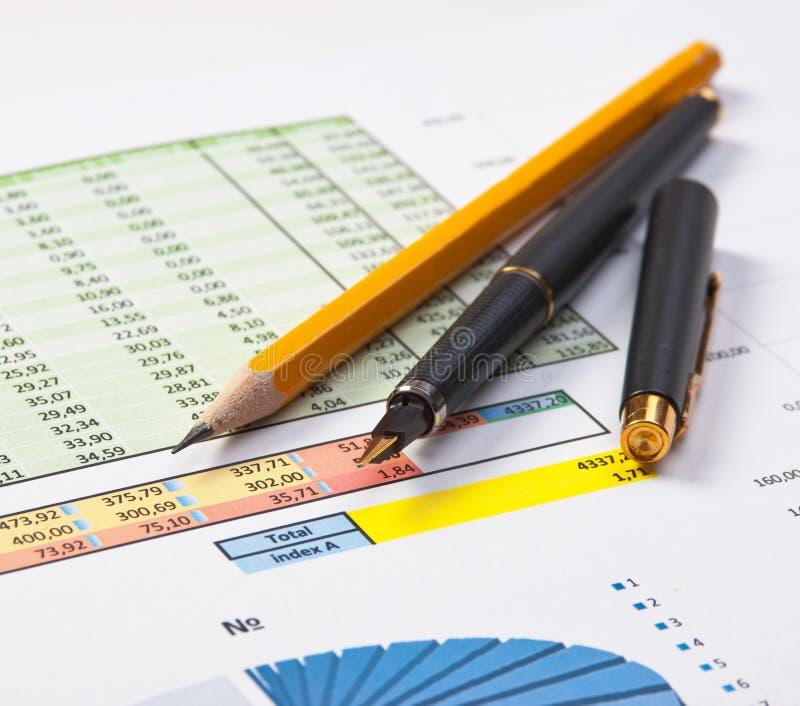 Schreibarbeit mit dem Diagramm stockfotografie