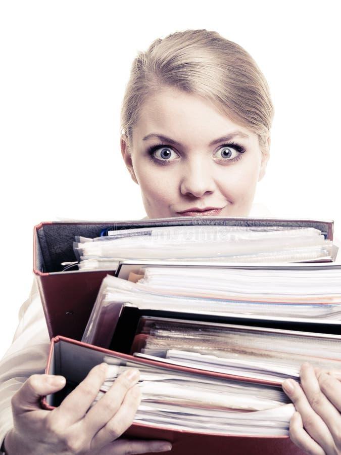 schreibarbeit Tragender Stapel der Geschäftsfrau Dokumente stockfoto
