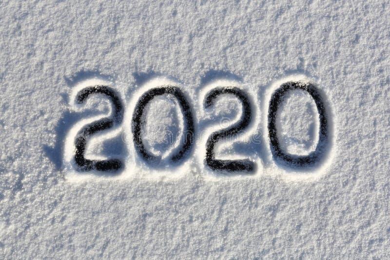 2020 Schreiben auf dem Schnee Gl?ckliches neues Jahr Sch?ner kalter sonniger Wintertag lizenzfreie stockfotos