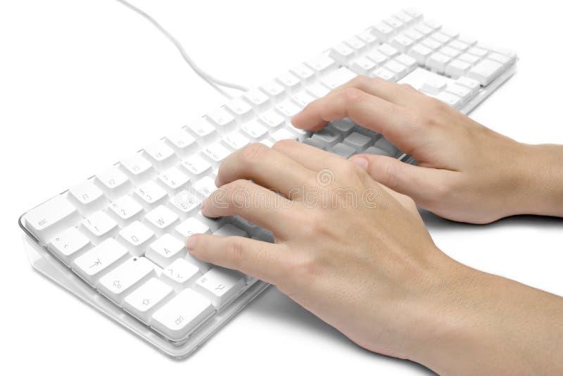 Schreiben auf eine weiße Computer-Tastatur lizenzfreie stockbilder