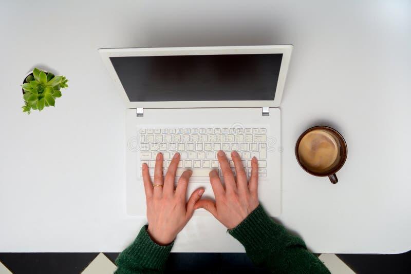 Schreiben auf einem Laptop stockfoto