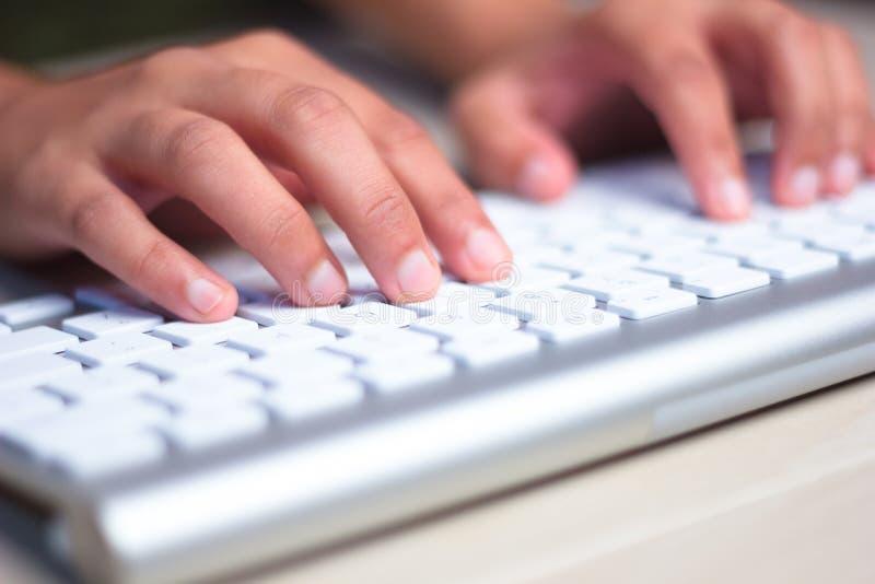 Schreiben auf Tastatur lizenzfreies stockbild