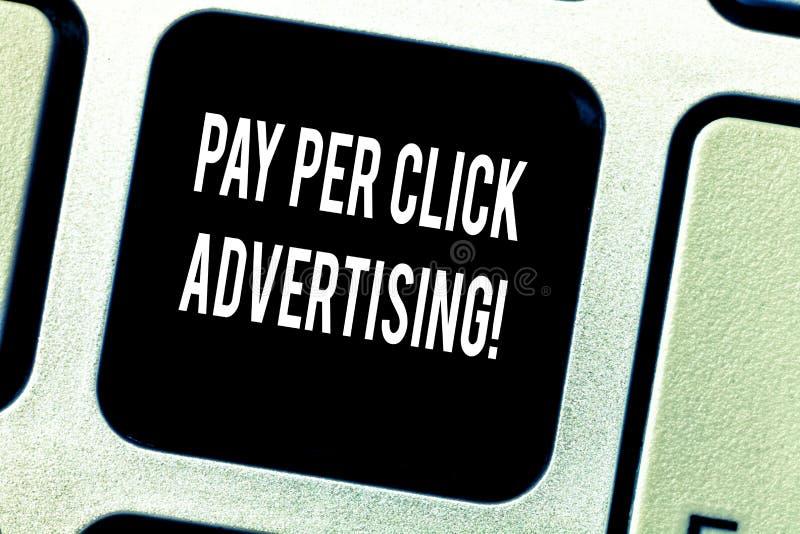 Schreiben der Anmerkung, die Bezahlung-pro-Klick- Werbung zeigt E lizenzfreie stockfotografie