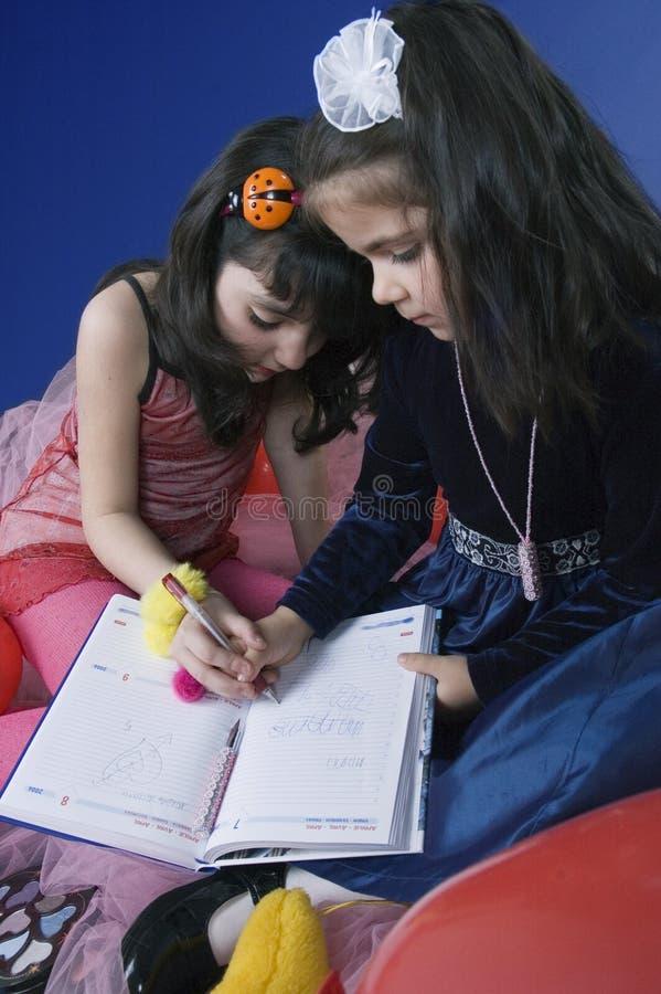 Schreiben der kleinen Mädchen stockfotos