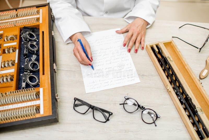Schreiben der ophthalmological wissenschaftlichen Arbeit lizenzfreies stockfoto