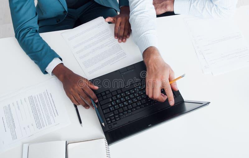 Schreiben der Zusammenfassung oder DES Lebenslauf-Rates Suchen nach neuem Job stockbilder