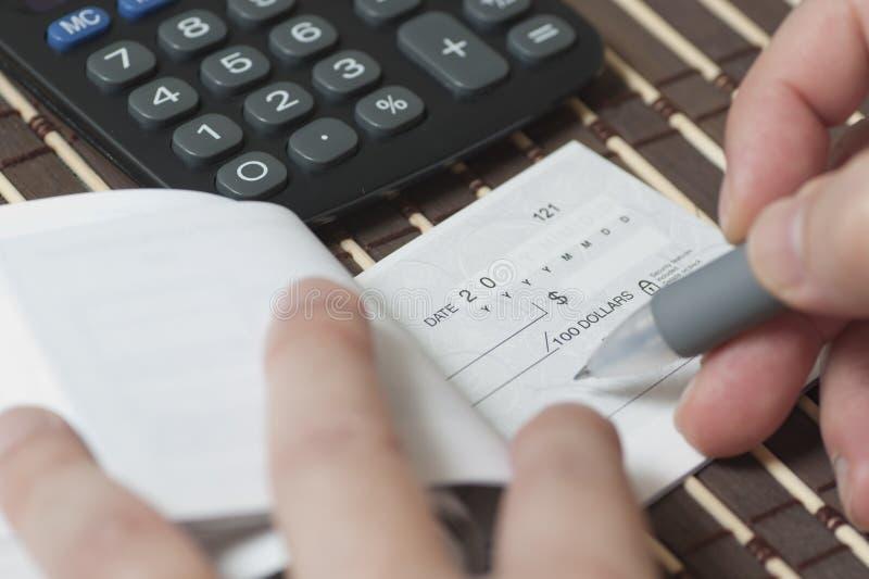 Schreiben des Checks stockbilder