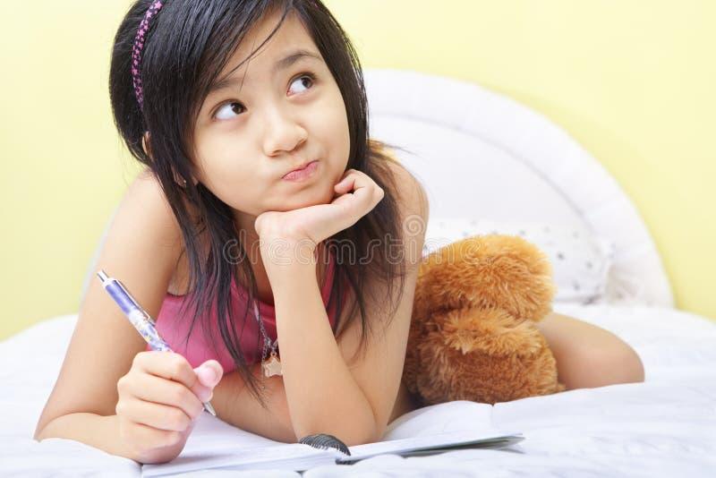 Schreiben des kleinen Mädchens ihr Tagebuch lizenzfreie stockfotografie
