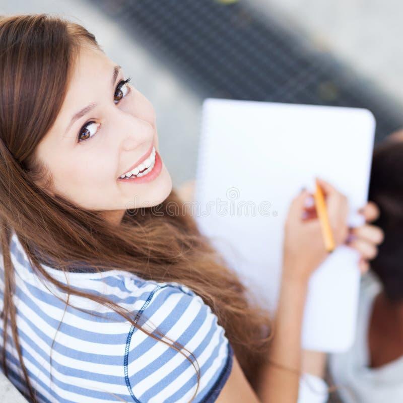 Schreiben des weiblichen Kursteilnehmers stockfoto