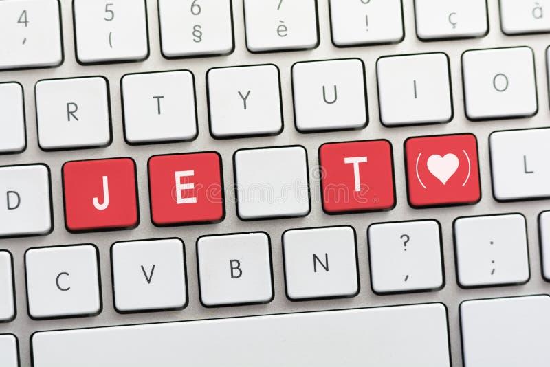 Schreiben JE T AIME auf weißer Tastatur mit einer Herzskizze mit Gleichheit stockbilder