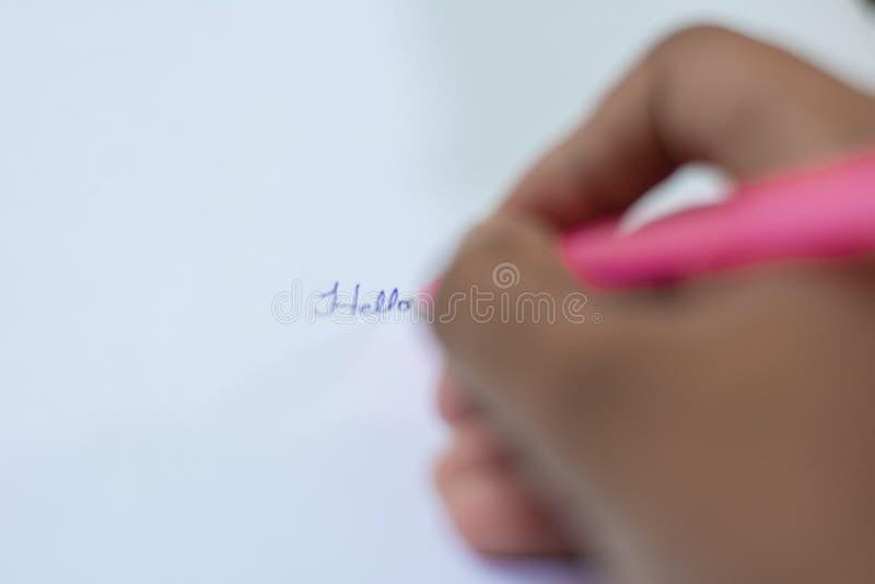 Schreiben mit Stift- und Papiernahaufnahme der Hand stockbilder