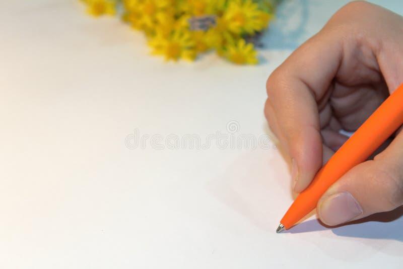 Schreiben Sie einen Brief auf Papier stockfotos