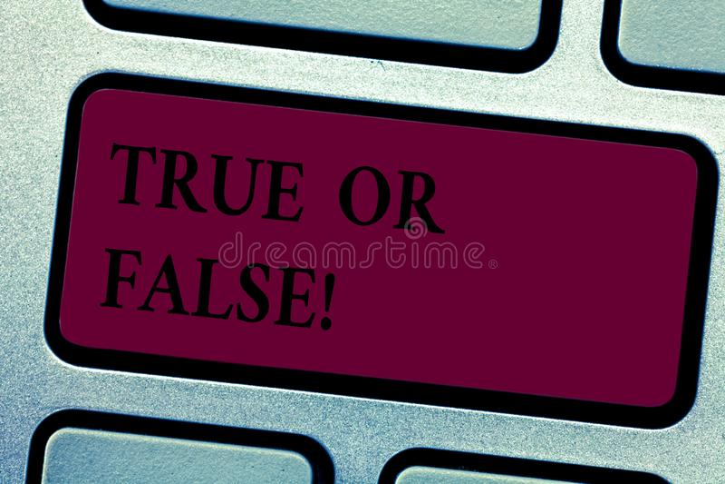 Schreiben von Anmerkung showingTrue oder falsch Die Geschäftsfotopräsentation entscheiden zwischen einer Tatsache oder dem Sagen  lizenzfreie stockfotografie