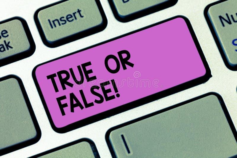 Schreiben von Anmerkung showingTrue oder falsch Die Geschäftsfotopräsentation entscheiden zwischen einer Tatsache oder dem Sagen  stockbild
