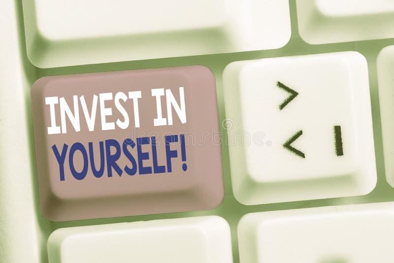 Schreiben von Text in Handschrift Invest in sich selbst Konzept bedeutet, in einem Trainer oder einer Ausbildung zu lernen, neue  stockbild