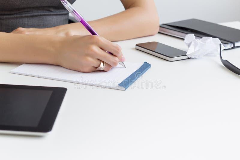 Schreiben, zum der Liste im Papiernotizblock zu tun lizenzfreie stockfotos
