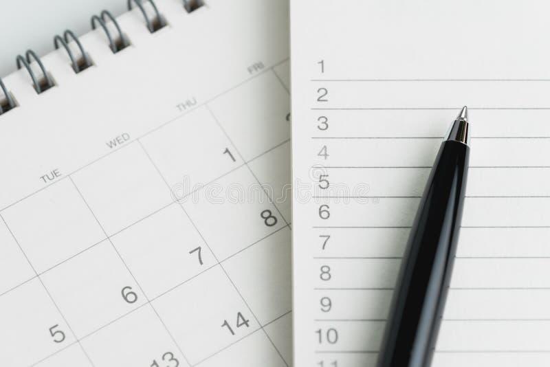 Schreibend, um Liste oder Arbeit zu erledigen visieren Sie Plankonzept, schwarzen Stift an nicht an lizenzfreies stockbild