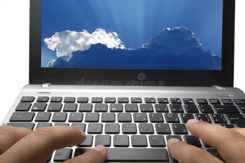 Schreibenlaptop-Tastatur-Wolken-Datenverarbeitungsservice stockfoto