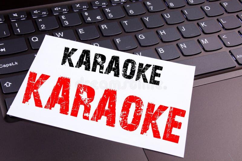 Schreibens-Karaoketext gemacht in der Büronahaufnahme auf Laptop-Computer Tastatur Geschäftskonzept für Gesang-Karaoke-Musik-Werk stockfotografie