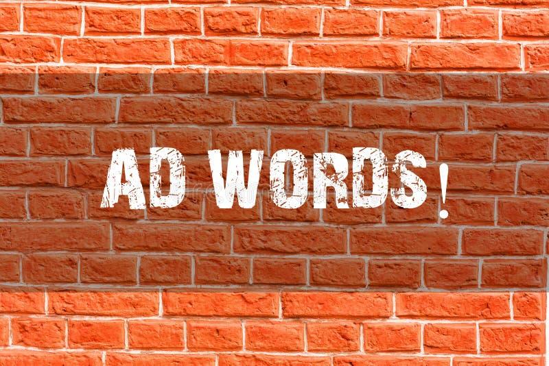 Schreibensanmerkung, die Anzeigen-Wörter zeigt Geschäftsfoto Präsentationswerbung ein Geschäft vorbei zuerst von Internet-Sucherg lizenzfreie stockbilder