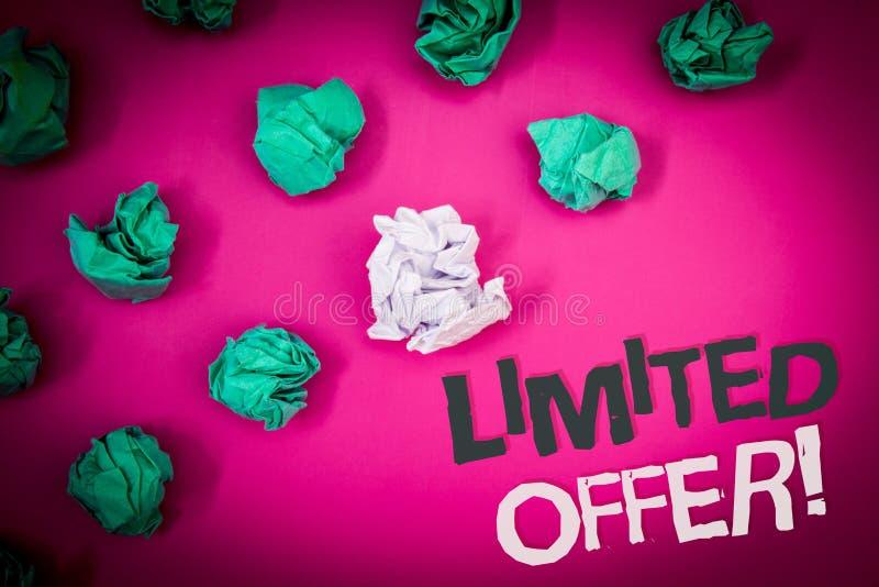 Schreibensanmerkung, die begrenztem Angebot Motivanruf zeigt Geschäftsfoto, das speziellen Text Ausverkaufspreis der kurzen Zeit  stockbild