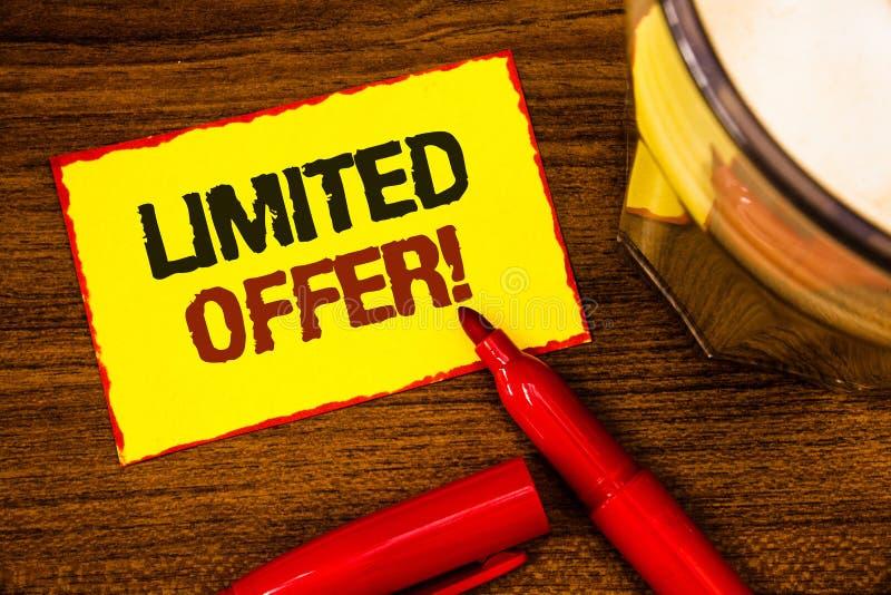 Schreibensanmerkung, die begrenztem Angebot Motivanruf zeigt Geschäftsfoto, das spezielles Wort Ausverkaufspreis der kurzen Zeit  lizenzfreie stockfotos