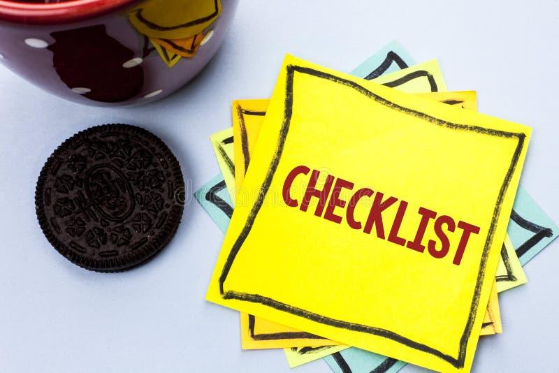 Schreibensanmerkung, die das Checklisten-Geschäftsfoto zur Schau stellt Todolist-Listen-Plan auserlesener Berichts-Feedback-Daten lizenzfreie stockbilder