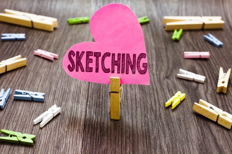 Schreibensanmerkung, die das Skizzieren zeigt Geschäftsfoto, das eine raue Zeichnung von etwas Ausführungsplan-Entwurfs-Idee mach lizenzfreies stockbild