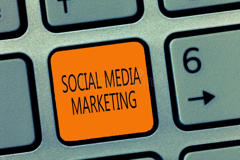 Schreibensanmerkung, die das Social Media-Vermarkten zeigt Präsentationsgebrauch des Geschäftsfotos von Website und Netz, Produkt stockbild