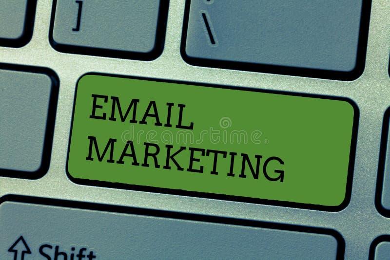 Schreibensanmerkung, die E-Mail-Marketing zeigt Geschäftsfoto, das eine Werbemitteilung schickend einer Gruppe von Personen verwe lizenzfreie stockfotos