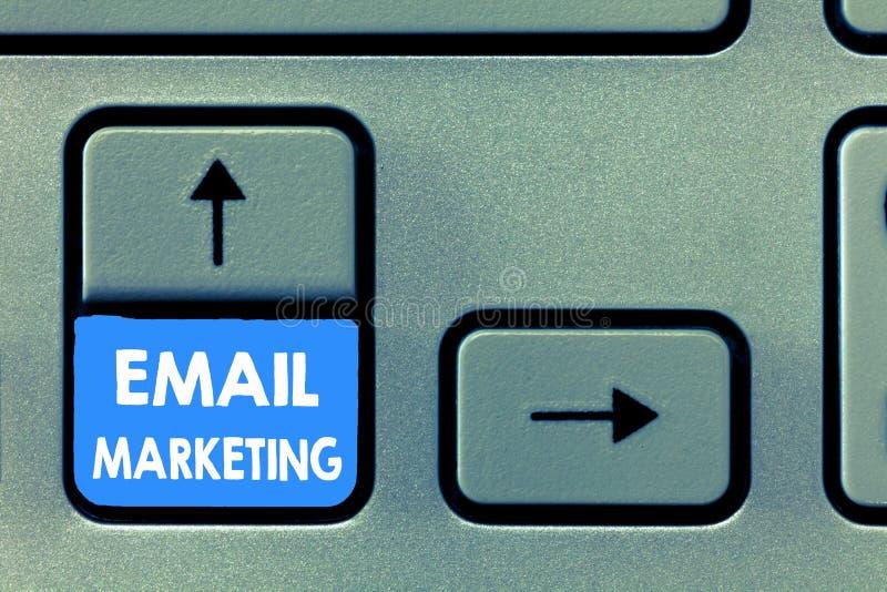 Schreibensanmerkung, die E-Mail-Marketing zeigt Geschäftsfoto, das eine Werbemitteilung schickend einer Gruppe von Personen verwe stockfotos