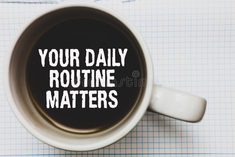 Schreibensanmerkung, die Ihre täglichen Routineangelegenheiten zeigt Die Geschäftsfotopräsentation haben die guten Gewohnheiten,  stockfotos