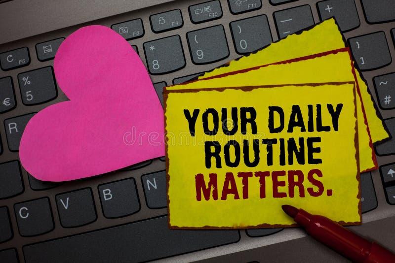 Schreibensanmerkung, die Ihre täglichen Routineangelegenheiten zeigt Die Geschäftsfotopräsentation haben die guten Gewohnheiten,  lizenzfreies stockbild