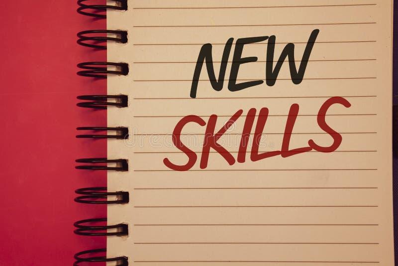Schreibensanmerkung, die neue Fähigkeiten zeigt Geschäftsfotos, die vor kurzem erworbene gelehrte Fähigkeits-Wissen CompetencesId stockfotos