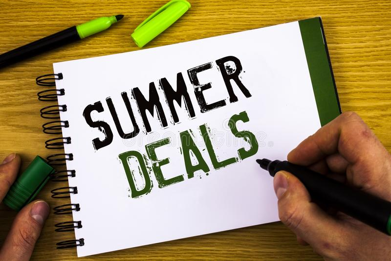 Schreibensanmerkung, die Sommer-Angebote zeigt Die Geschäftsfotos, die Sonderverkäufe zur Schau stellen, bietet für Ferien-Feiert stockbilder