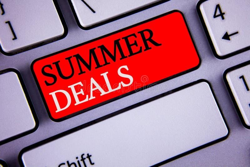 Schreibensanmerkung, die Sommer-Angebote zeigt Die Geschäftsfotos, die Sonderverkäufe zur Schau stellen, bietet für Ferien-Feiert stockbild