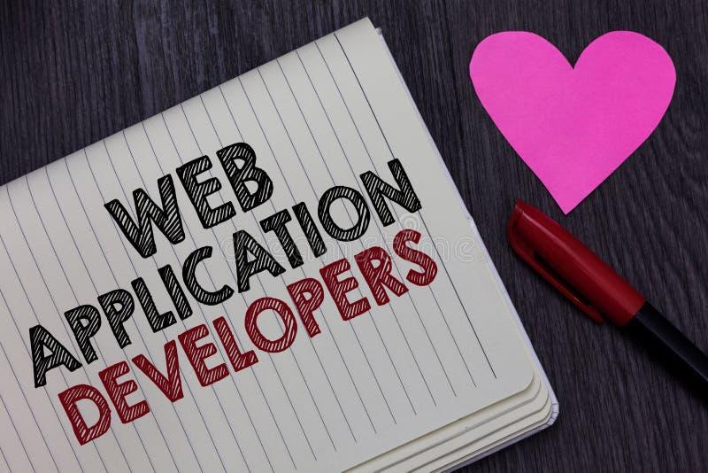 Schreibensanmerkung, die Web-Anwendungs-Entwickler zeigt Geschäftsfoto Präsentationsinternet-Programmierungsexperten Technologie lizenzfreies stockbild