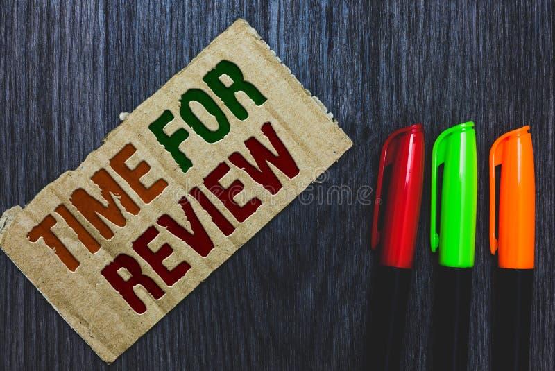 Schreibensanmerkung, die Zeit für Bericht zeigt Geschäftsfoto Präsentationsbewertungs-Feedback-Moment-Leistung Rate Assess Cardbo stockfotos