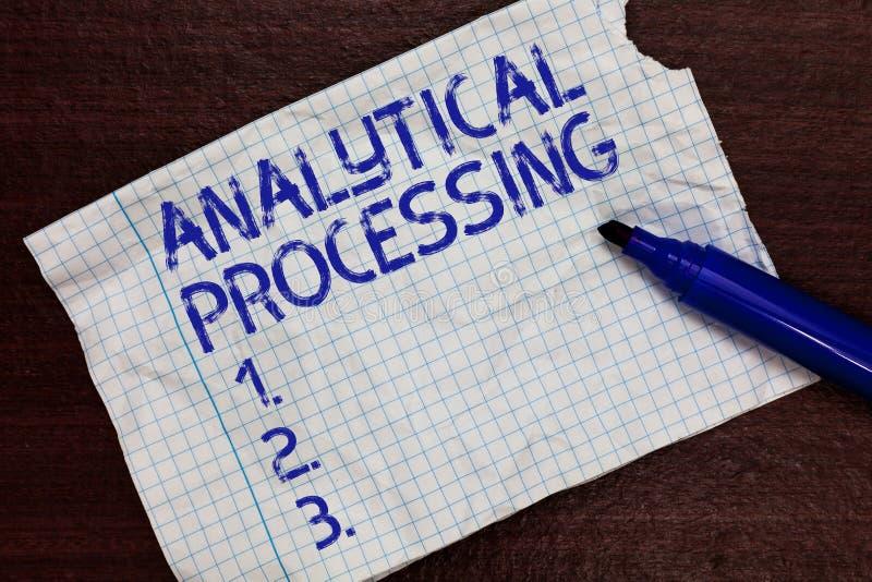 Schreibensanmerkung, welche die analytische Verarbeitung zeigt Das Geschäftsfoto, das leicht Ansicht zur Schau stellt, schreiben  stockbild