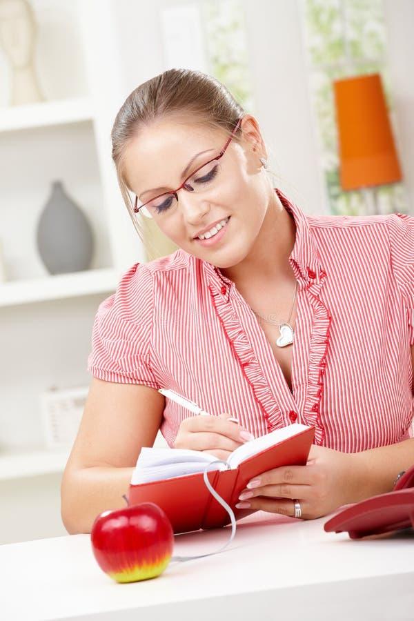 Schreibenstagebuch der jungen Frau lizenzfreies stockbild