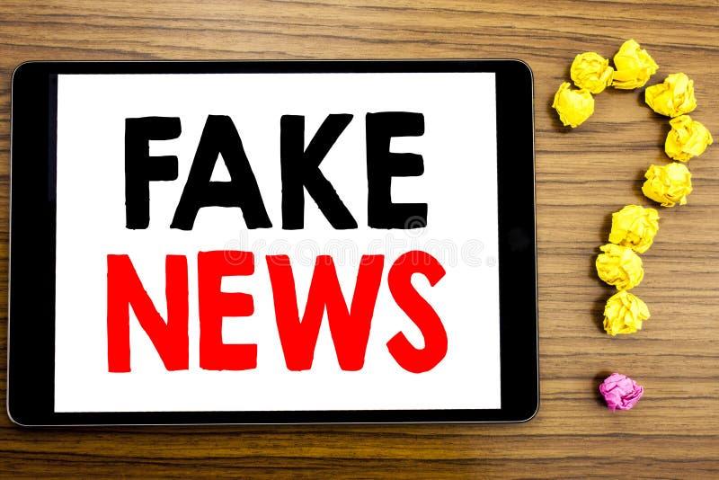 Schreibenstext, der gefälschte Nachrichten zeigt Geschäftskonzept für den Hokuspokus-Journalismus geschrieben auf Tablet-Computer stockfoto