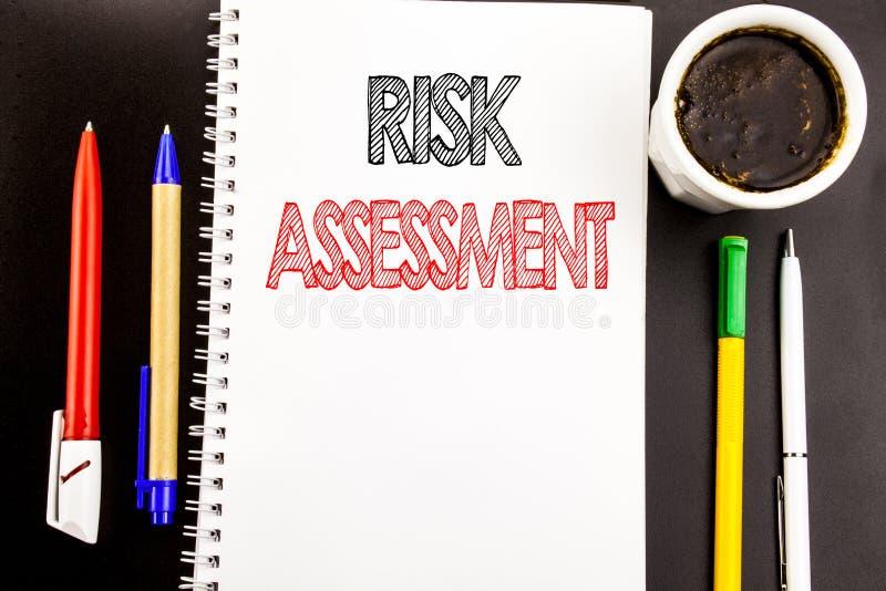 Schreibenstext, der Risikobeurteilung zeigt Geschäftskonzept für Sicherheits-Gefahr analysieren geschrieben auf Notizblockbriefpa lizenzfreies stockfoto