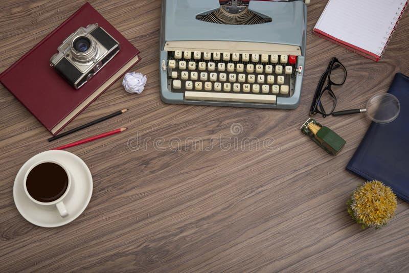Schreibmaschine auf dem alten Holzschreibtisch mit Kaffeetasse lizenzfreie stockfotos