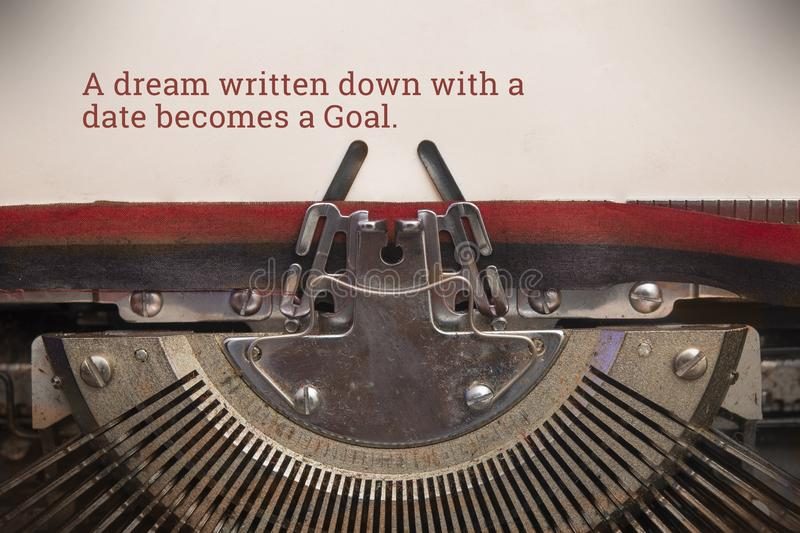 Schreibmaschinengeschriebener Text eines mit Datum aufgeschriebenen Traums wird zum Ziel stockfoto